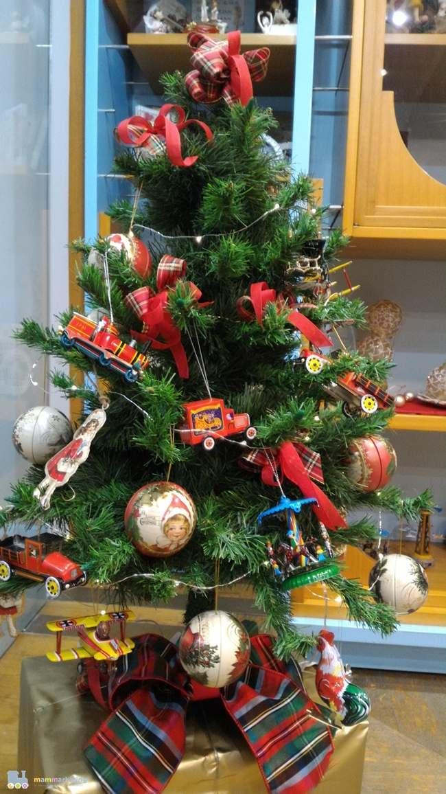 L'albero decorato con giocattoli in latta