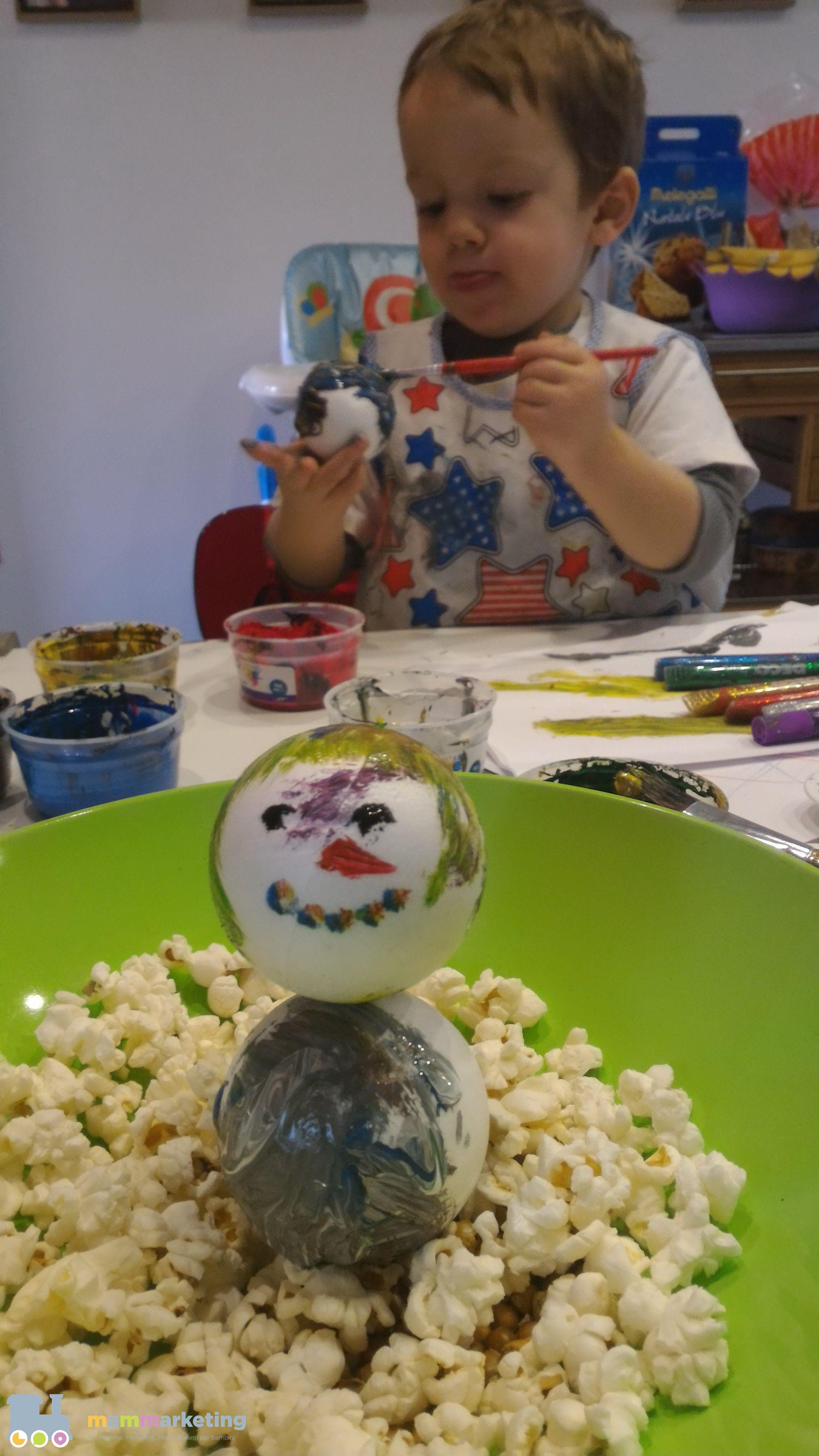 pupazzo di neve con palline e pop corn