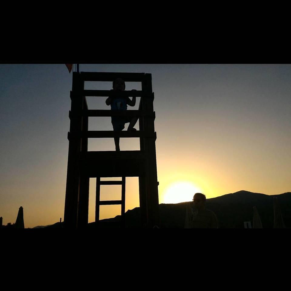 Torre Salinas. Matteo e il tramonto sulla spiaggia.