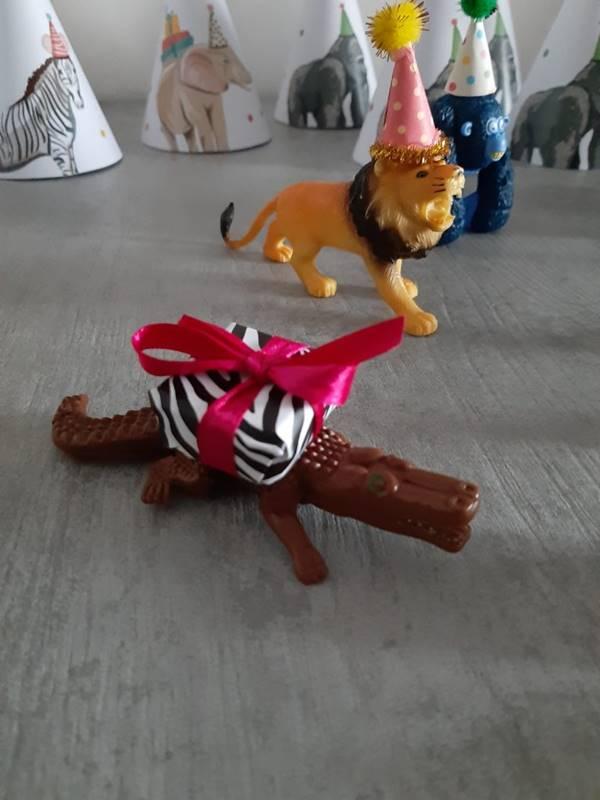allestimento con animali di plastica e cappellini a festa