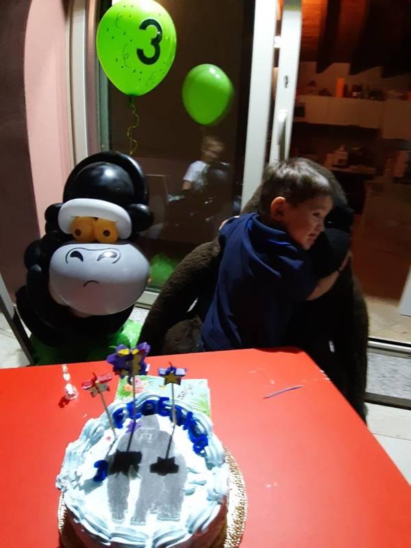gorilla realizzato con ballon art e gorilla gigante di peluche