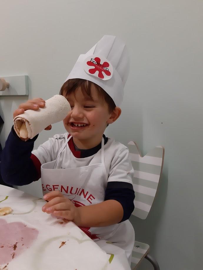 Federico durante il laboratorio Little Chef di Kids&Us