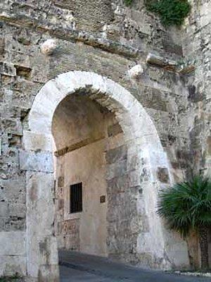porta dei due leoni cagliari passeggiata in Castello