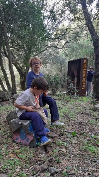Escursione nei boschi di Cagliari con bambini
